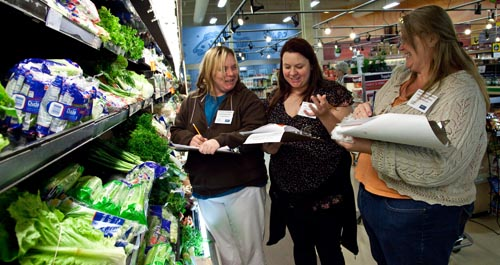 Photo - 3 women in a grocery store